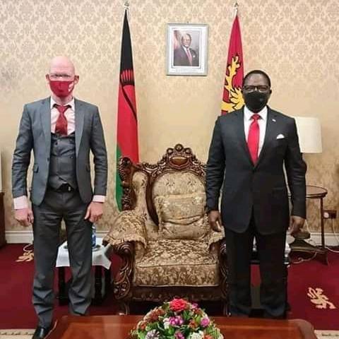 Overstone Kondowe und Präsident Lazarus Chakwera